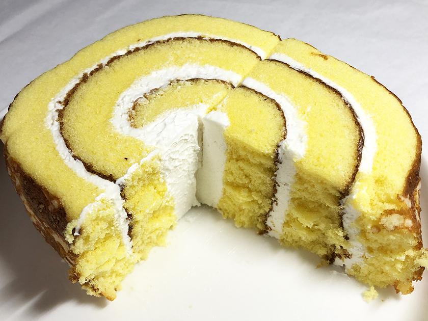 『ヤマザキ』の「北海道便りチーズクリームロール」の断面