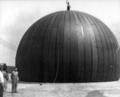 Dom podpierany powietrzem (1949). Autor: Walter Bird