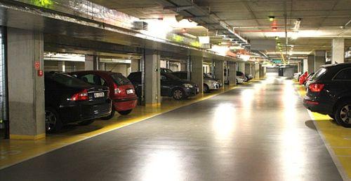 Parking podziemny , zamknięty. Widok z wewnątrz