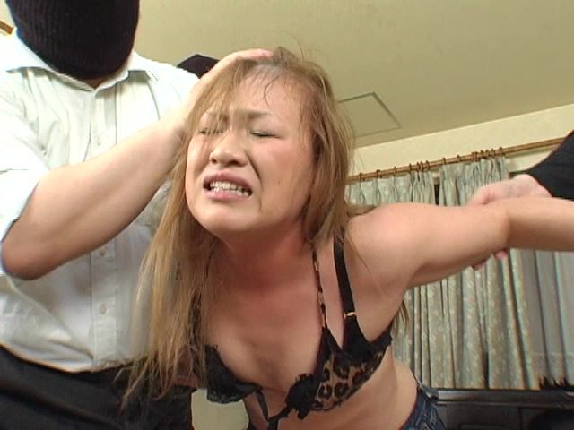 首絞め人体実験で髪をはげ散らかし失神する女性!ナイフでえぐったような針金の痕が凄・・・