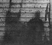 Uomo vicino ad una scala di bamboo