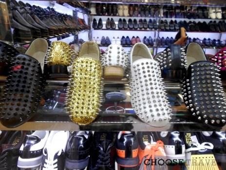 Chiński krzyk mody - buty z kolcami (znalezione na targowisku Silk Market)