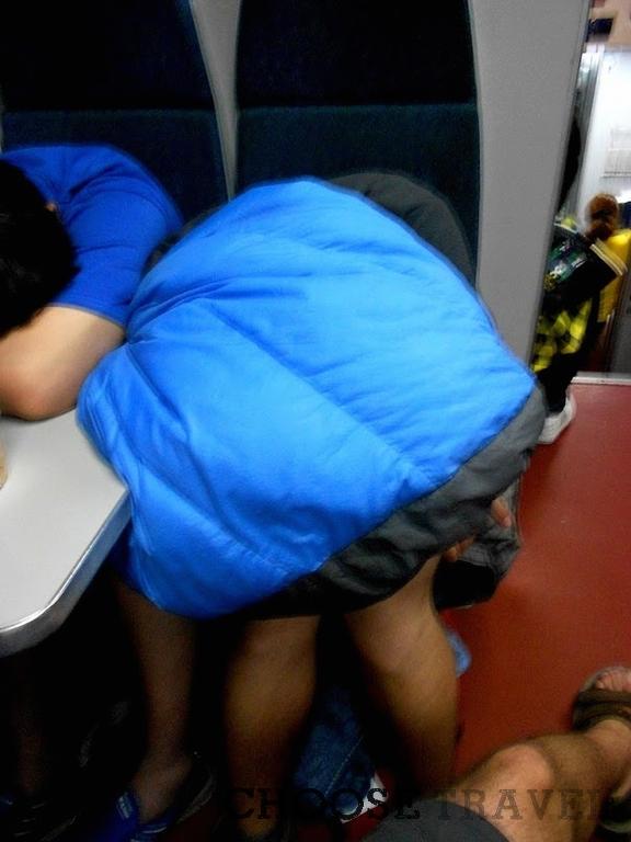Łukasz próbuje zasnąć w chińskim pociągu. I udało mu się!