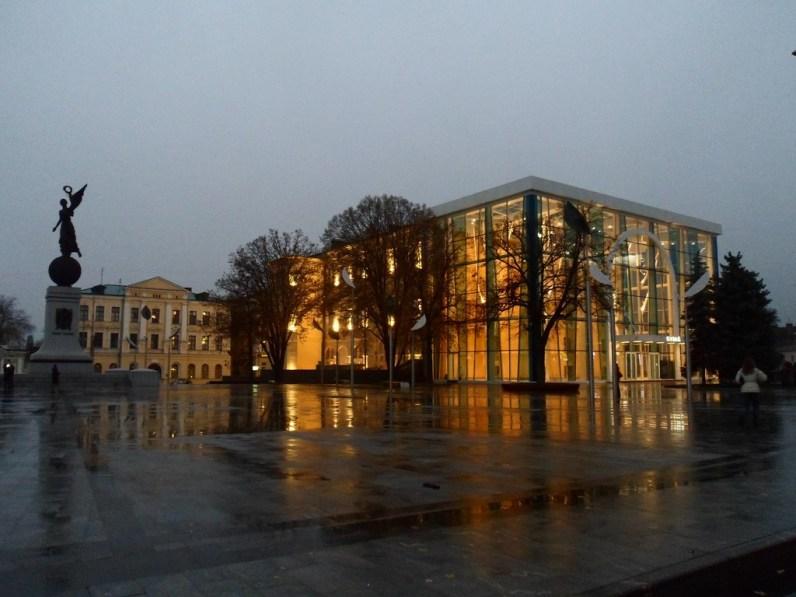 Historyczne Muzeum, a po lewej widoczny świeżutki pomnik Slawy Ukrainy (wzniesiony przed Euro 2012).