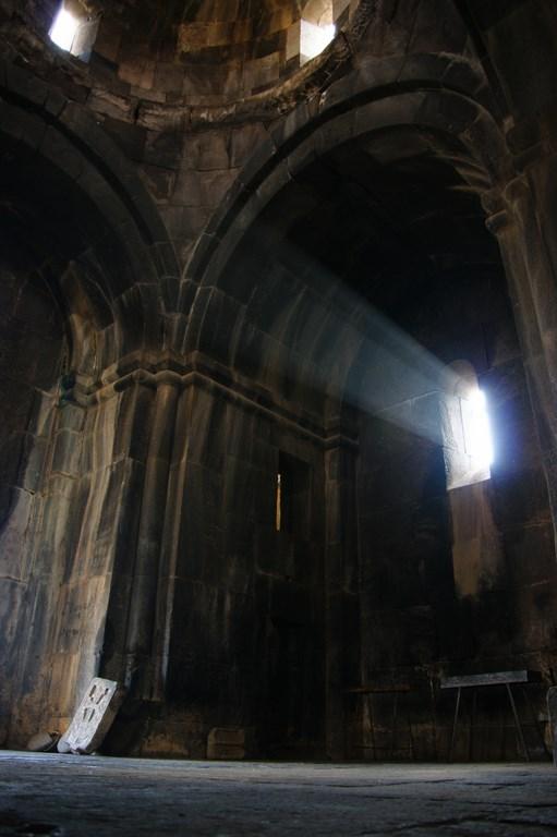 13. Światło wpadające przez wąskie okna rozświetla wnętrza monastyrów nadając im aury mistycyzmu