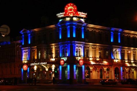 W ogóle centrum Charkowa nocą jest ładnie oświetlone. Tutaj Puzata Chata, czyli czołowa jadłodajnia ukraińskich specjałów