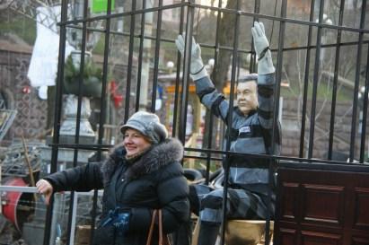 Przy wejściu na Majdan znajdowała się barykada z kukłą Janukowycza.