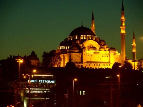 Życie w Stambule zamiera pięć razy dziennie, kiedy muzezzinowie nawołują do modlitwy.