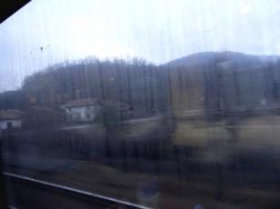 Zza szyb pociągu rumunia nie prezentuje się zbyt przyjaźnie