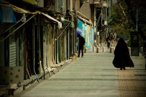 Ulica Enqelab w Teheranie. Znakomita długość ulicy została zagospodarowana przez sprzedawców obuwia i szewców, ale znalazło się miejsce również dla wypożyczalni filmów.