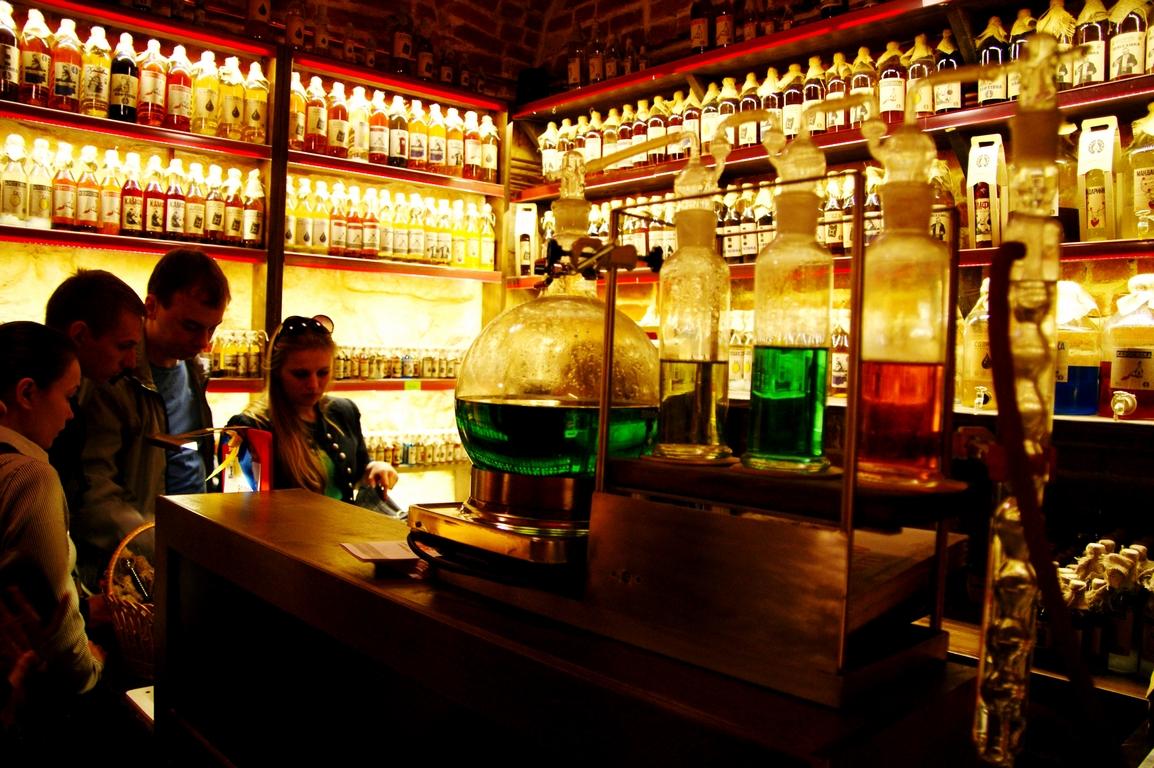 Pub Gazowa Lampa w centrum Lwowa. Nalewki od prawa do lewa.