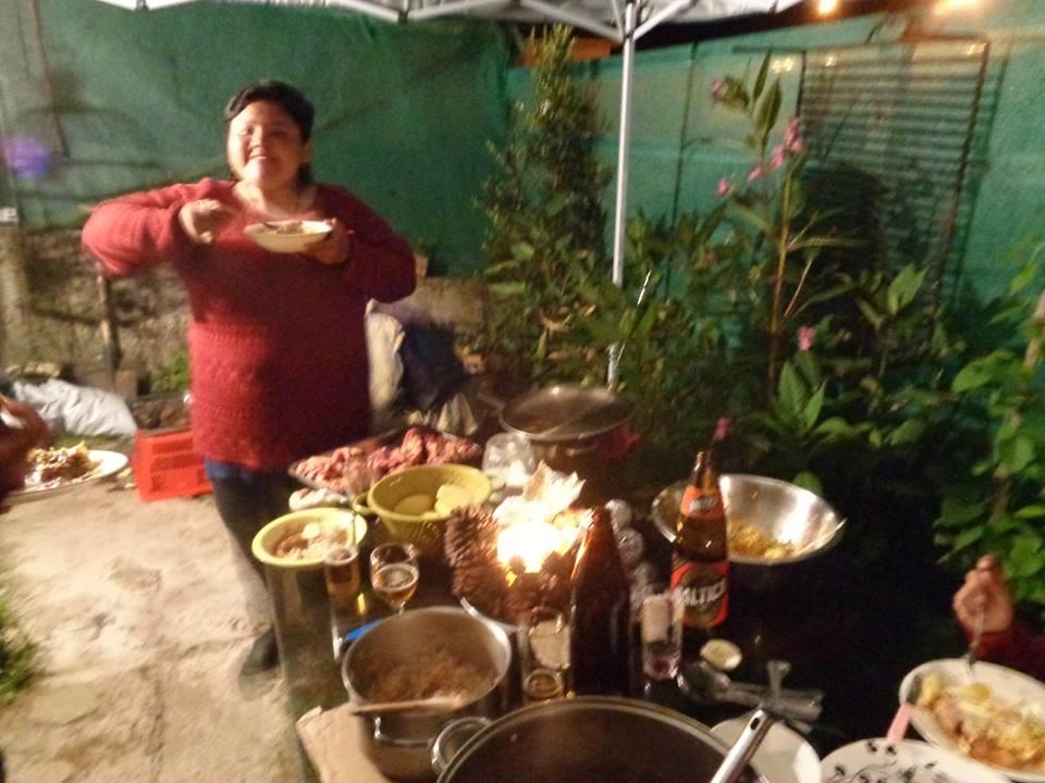 Fin de año en Tía Susi. Comiendo Mole y al fondo Manu preparando la carne de caballo.