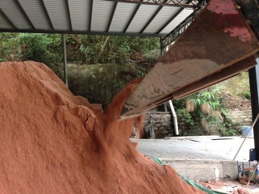 泥身乾,傾倒時會呈粉狀
