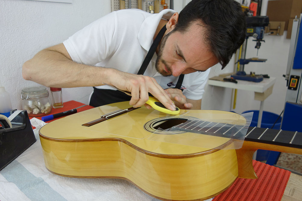 Guitar Making Course - Instalando golpeador