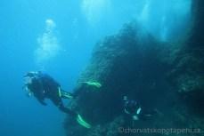 Vyplouváme z jeskyně na Kańonu, potápění v Chorvatsku
