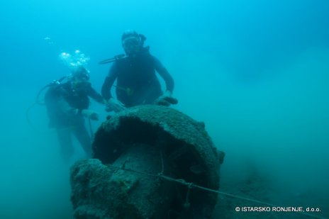 Potápěči u miny v hloubce 27-28 m