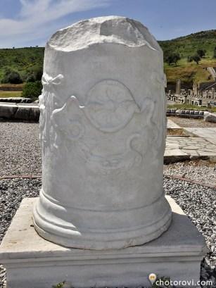 Атина дава на Асклепий да пие от кръвта на Медуза Горгона, която имала магически сили.