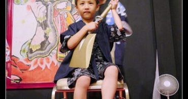 (親子遊日本) 4歲子鈞首度公演,手上那是三味線?!@星野集團 青森屋すこっぷ