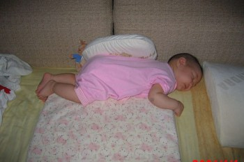 小喬睡著還可以繞床一圈!!