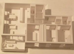 3D-gedrucktes Modell einer Wohnung mit Balkon im Maßstab 1:100