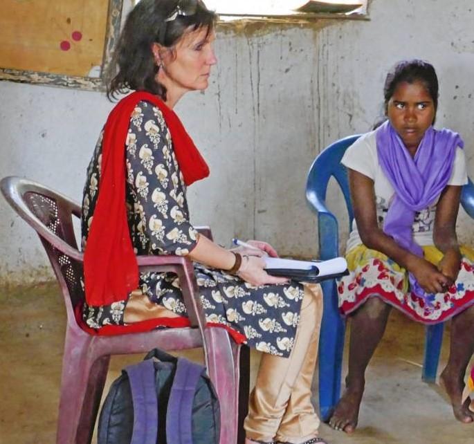 La responsable CSI Inés Wertgen et notre partenaire discutent avec Krishanti.