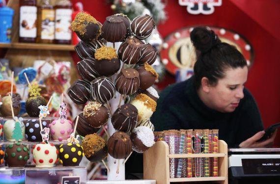 Une vendeuse de bonbons de chocolat au marché de Noël dans le Jardin des Tuileries à Paris en France. (Xinhua/Gao Jing) Fin