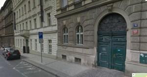 Das grüne Eingangstor ist die Einfahrt zum Hinterhof.