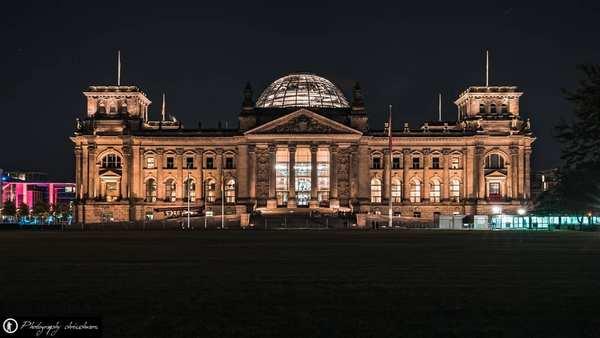 Bundestag bei Nacht in Berlin