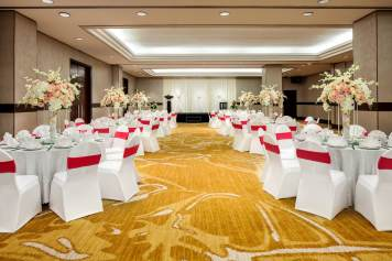 Interior-Photography-Holiday-Inn-Atrium-Hotel-Singapore-Seletar-Ballroom-Pink-Wedding-Setup