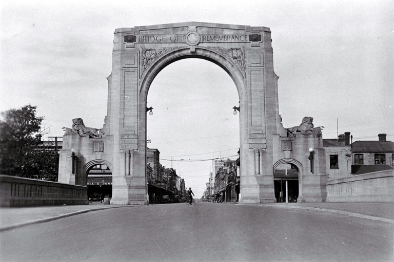 The Bridge of Remembrance with Cashel Street in the background [193-?] CCL PhotoCD 10, IMG0073