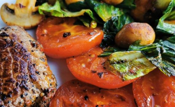 Grillad biff med sallad och tomater