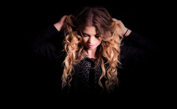 fotomodell i långt blont hår