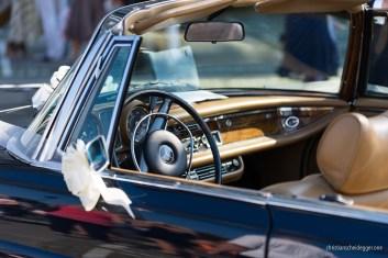 blaues Mercedes Cabriolet wartet auf das Brautpaar - Detail Dashboard