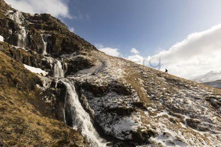 Europa, Island, Halbinsel, Snaefellsnes, Wasserfall mit Wanderer