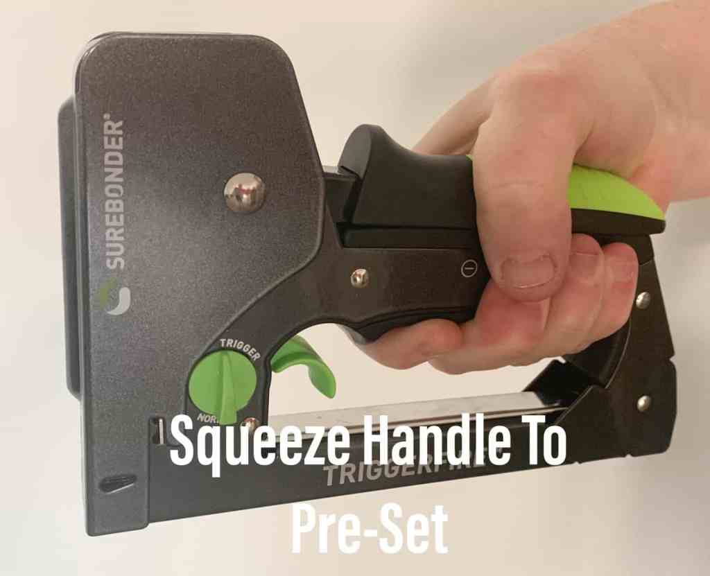 Squeezing handle of stapler