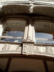Pilaster mellan fönster