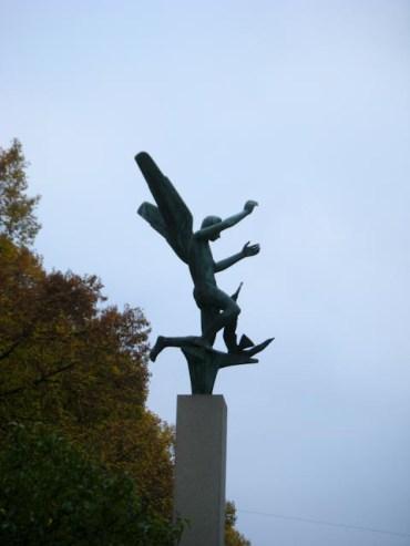 Bevingad staty vid S:t Pauli kyrkogård