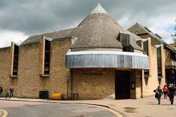 Ett knubbigt torn på en kyrka i Cambridge. / A squat tower on a church in Cambridge.