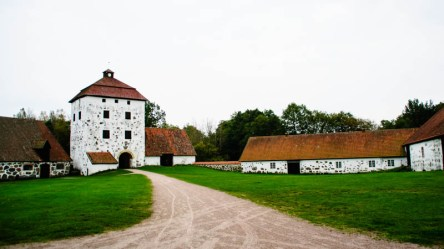Hovdala castle. The port tower from 1600 in the middle and stables on both sides. The tower was damaged by fire in the Scanian war when the swedes and the danes fought over Scania. Scania belongs to Sweden from 1658.
