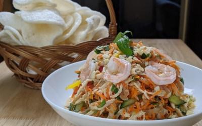 Salade de lotus vietnamienne avec poulet et crevettes
