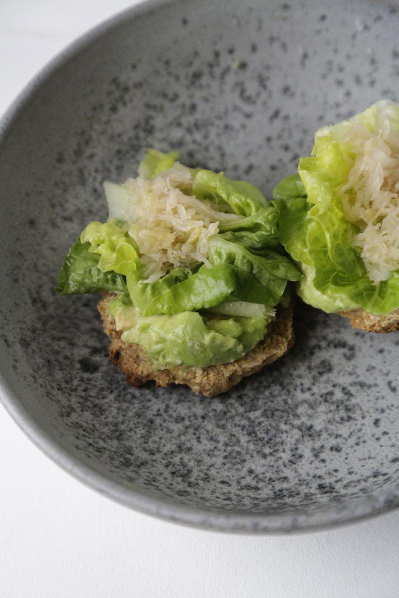 Nem frokost - glutenfri bolle med avokado, surkål og sennep2