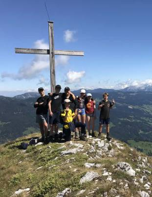 Gruppenbild vor Gipfelkreuz