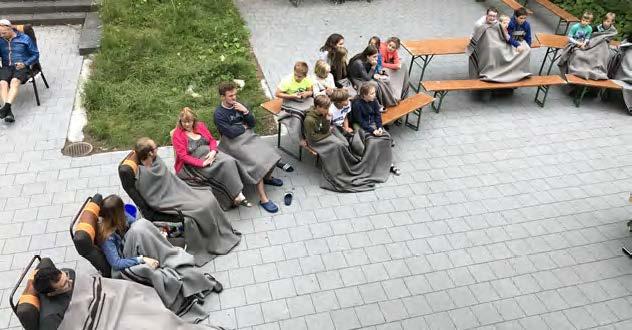 Zuschauer mit Wolldecken