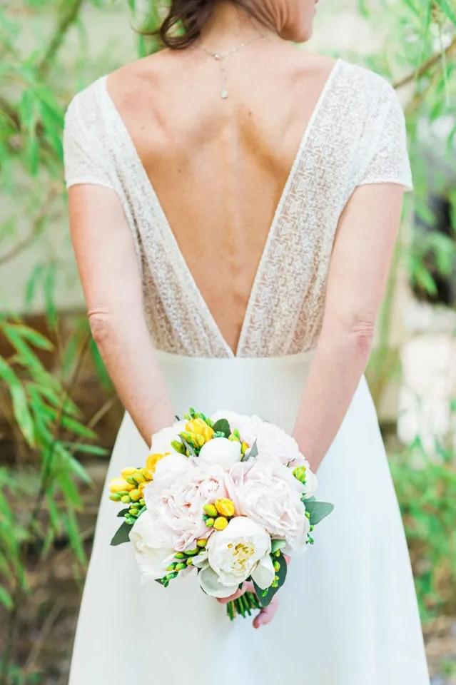 Dos de robe bohème brodée avec bouquet de mariée Christophe Lefebvre Photographe