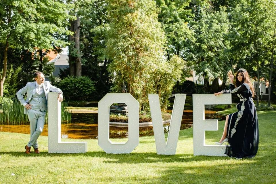Mariage Franco Marocain Maisons Laffitte Les Jardins de la vieille Fontaine Christophe Lefebvre Photographe Yvelines la mariée le couple lettres love