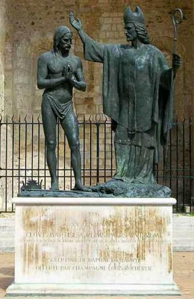 Statue de saint Remi baptisant Clovis Ier à côté de la basilique Saint-Remi de Reims