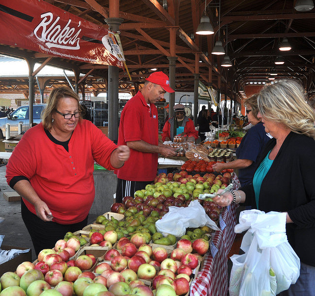 Farmer's market eating right fruits and vegetables weight loss detox dietitian nutrition expert 80 Twenty Nutrition Christy Brissette