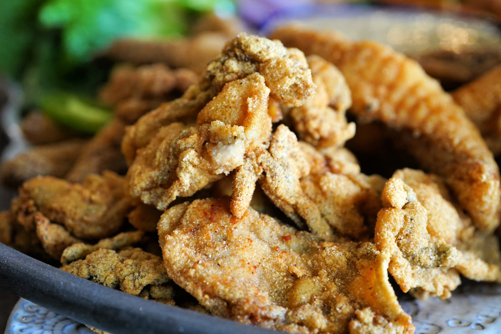 fried oysters for seafood po'boy platter