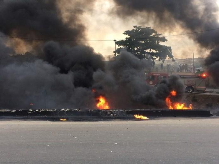 LASEMA, Lagos Fire Service and RRS quelling Otedola bridge fire1