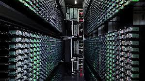 quelques exemplaires des  avenues d'ordinateurs dans le data center de Google
